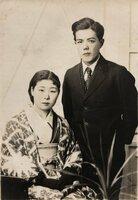 日中戦争への出征前に撮影された田中為三郎さん(右)と妻もとさんの写真