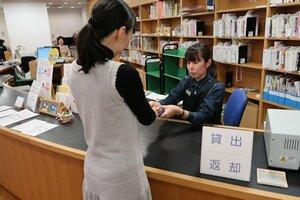 京都府立図書館のカウンター。京都市立図書館の本も返却を受け付けられるようになった(京都市左京区)