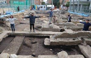 平安前期の池状や溝の遺構が見つかった発掘現場。写真手前に池があり、奥で狭まって溝へとつながる(京都市中京区・花園大)