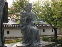 勝龍寺城にある細川ガラシャと夫忠興の銅像。ガラシャの美は後世に創られたものだったのか(京都府長岡京市)
