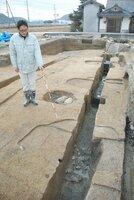 1列に並ぶ柱跡が見つかった恭仁宮跡の発掘調査現場(木津川市加茂町)