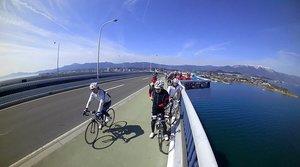 ビワイチのイベントに参加し、琵琶湖大橋を渡るサイクリストたち(2018年3月11日)