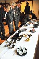 東京五輪をイメージした器など、料理と引き立て合う京焼・清水焼が並んだ会場(京都市東山区・成就院)