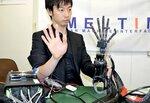 開発したロボットハンドを実際に動かす粕谷社長(東京都渋谷区)