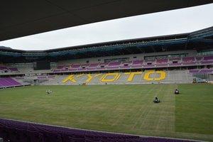 天然芝が張られ、完成が近づく府立京都スタジアム(10月20日、京都府亀岡市追分町)