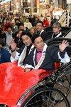 「決算!忠臣蔵」主演の堤真一さんと岡村隆史さん「お練り」でPR