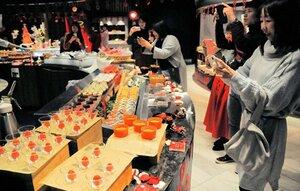 イチゴを使った華やかなケーキの写真を撮る参加者(京都市下京区・リーガロイヤルホテル京都)[LF][LF]