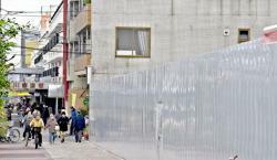堀川アート&クラフトセンター(仮称)の整備予定地と、堀川団地の店舗で構成している堀川商店街(京都市上京区)
