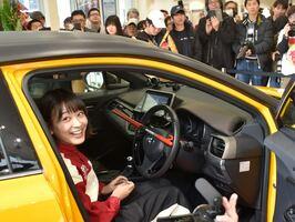 「AKB48 チーム8」の関西出身メンバーが自動車関連の犯罪被害防止を訴えた