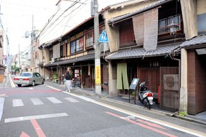 【資料写真】町家を使ったゲストハウスなどが並ぶ田の字地区(京都市下京区)