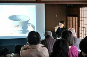漆を使った作品修復への思いを語る河井さん(京都市北区・旧堂本印象邸)