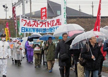 日米共同訓練に反対してデモ行進する集会の参加者たち(高島市今津町)