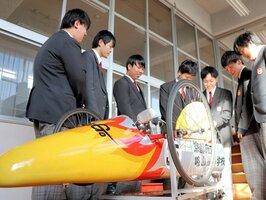 生徒たちが8カ月かけて製作した電気自動車「京tanGO」=京丹後市峰山町・峰山高