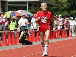 100メートルを全力で走る宮﨑秀吉さん(2015年9月23日撮影、京都市右京区・西京極補助競技場)