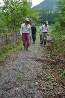 古道を再生した避難路を歩くアクトスターのメンバーたち。「集落を次は誰が守るか。それだけが心配」(綾部市星原町)