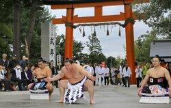 横綱白鵬、堂々の土俵入り 京都・上賀茂神社で奉納