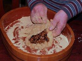納豆に黒砂糖を練り、餅で包む納豆餅作り。京都市左京区静原や右京区京北などで伝わっている(中村教授提供)
