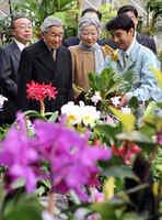京都府立植物園を訪れ、当時の松谷園長(右)から説明を受けられる天皇、皇后両陛下=2009年11月19日、京都市左京区