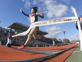 3年ぶり2度目の優勝を遂げ、ゴールテープを切る愛知チームのアンカー鈴木亜由子(13日午後2時45分、京都市右京区・西京極陸上競技場)