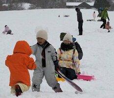 降雪に恵まれたゲレンデで雪遊びする親子連れたち(高島市・マキノ高原マキノスキー場)