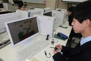 自分で製作したゲームとコントローラーで遊ぶ京都橘中の生徒(京都市伏見区)