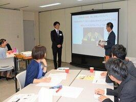 企業活動を想定した研修プログラムに取り組む社員と学生たち(京都市右京区・小川珈琲本社)