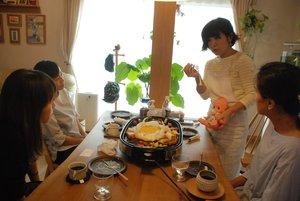 奥山さん(右から2人目)が開く「スキップカフェ」。昼食を囲み、医療的ケアやさまざまな事柄について会話を弾ませる=木津川市加茂町