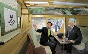 茶室をイメージした対面式の座席が特徴的な「宇治茶バス」の車内(京都市上京区・京都府庁)
