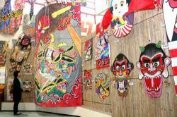 鬼を題材にした凧が並ぶ会場(東近江市八日市東本町・東近江大凧会館)