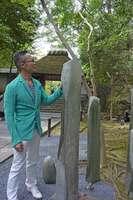 参道にリサイクルガラスを用いた作品を設置した西中さん(京都市左京区・法然院)