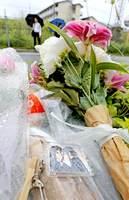 放火で死傷者が出た京都アニメーションのスタジオ近くに置かれた花束と「けいおん」のキーホルダー
