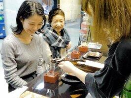 舞鶴の食べ物が味わえるフェア。訪れた人が地酒などを楽しんだ(東京・有楽町、ウィラー丸の内トラベルラボ)