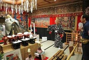 ご神体や懸装品を解説付きで鑑賞できる黒主山の会所飾り(京都市中京区室町通三条下ル)