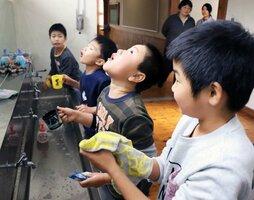インフルエンザを予防するため、手洗いやうがいをする児童たち(京丹波町高岡・竹野小)[LF]