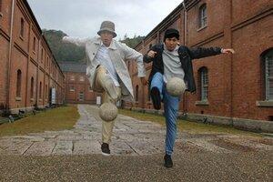 フリースタイルフットボールの世界大会で入賞を続ける山本さん(左)と守島さん=舞鶴市北吸・舞鶴赤れんがパーク[LF]