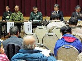 日米共同訓練について、住民に説明する防衛省の担当者ら(20日午後7時5分ごろ、高島市・市産業物産プラザ)
