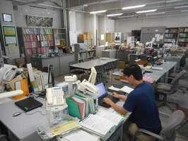 出勤者が少なく、がらんとした室内で仕事をする職員(大津市・滋賀県庁本庁)