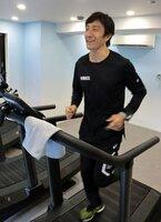 低酸素室での運動を体験する朝原さん(兵庫県芦屋市・30peak芦屋)