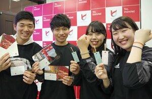 東日本大震災の被災地支援のためのオリジナル商品を販売する龍谷大の学生たち(京都市左京区・京都大)