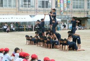 藤ノ森小で行われた組み体操のピラミッド。2段目の児童は足を地面につけ、安全に配慮した(10月16日、京都市伏見区)