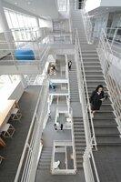 階段利用を促す設計にした堀場製作所の生産開発拠点も健康管理の一つとして評価された(大津市、ホリバ・ビワコ・イーハーバー)