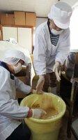 地元産の大豆とこうじ、塩のみでみそを仕込む女性たち(亀岡市馬路町)