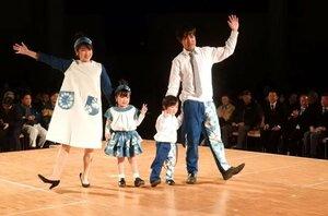 「藍まつり」で披露された藍染めファッションショー(京都府亀岡市余部町・ガレリアかめおか)