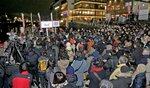 れいわ新選組の山本太郎代表の街頭演説に詰めかけた大勢の人たち(京都市中京区・三条大橋下流の河川敷)