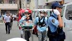 事件発生当日、負傷者を搬送する救急隊員たち(7月18日午後1時56分、京都市伏見区)