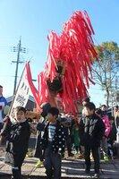 火を表す赤い紙で飾り付けられた山車を担ぐ子どもたち(近江八幡市江頭町・日吉神社)[LF]