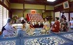 事始めで井上八千代さんにあいさつする芸舞妓たち(13日午前10時19分、京都市東山区・八千代さん方の稽古場)