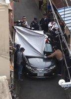 容疑者とみられる男の身柄を確保し、捜査車両に乗せる捜査員ら(16日午後3時20分ごろ、京都市左京区一乗寺赤ノ宮町=読者提供)