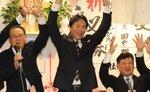 市長選で再選を決め、支持者と喜ぶ桂川氏(20日午後10時10分ごろ、京都府亀岡市安町)