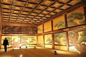 障壁画「松鷹図」(模写)や華やかな欄間彫刻を堪能できる国宝・二の丸御殿の大広間四の間=京都市中京区・二条城